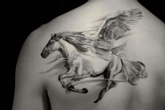 крылатый конь на плече