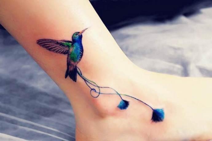 синяя птичка на щиколотке