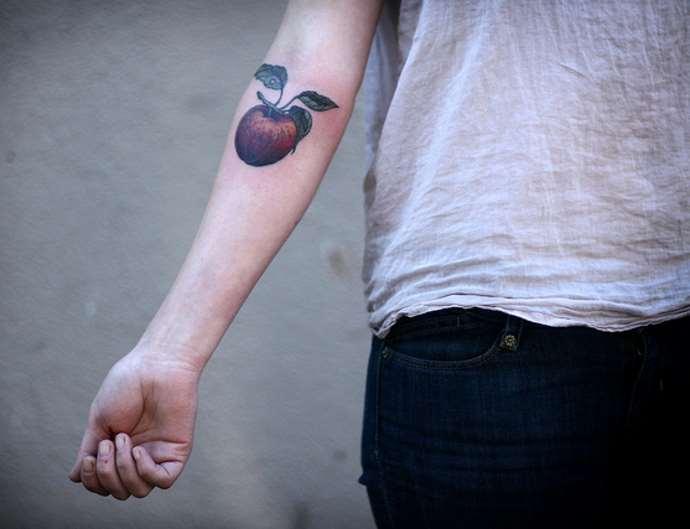 тату яблоко на руке у парня