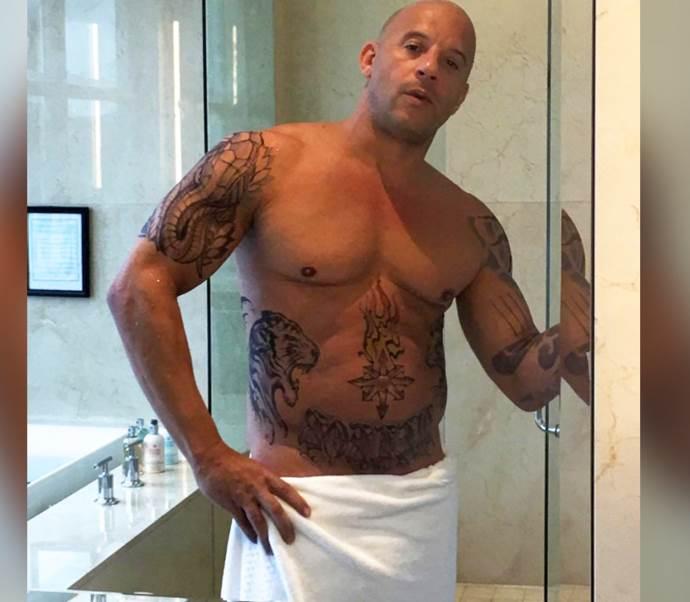мужчина в полотенце