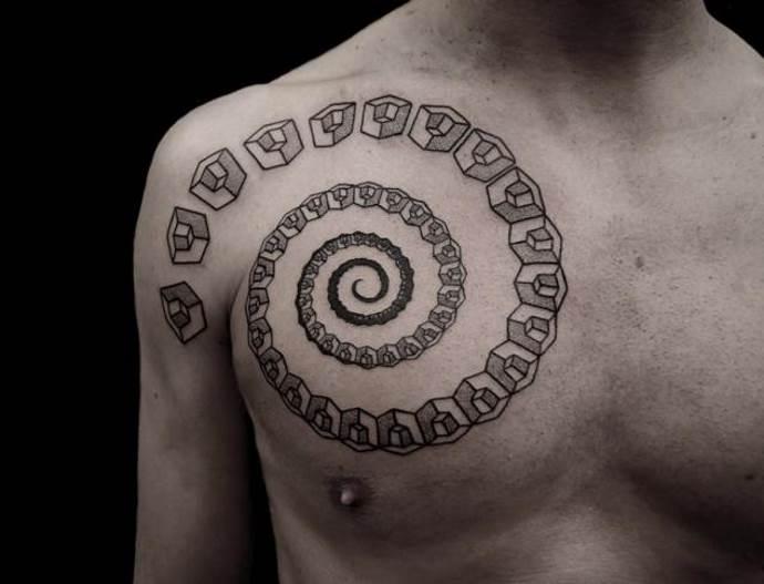 спиралевидное изображение на груди