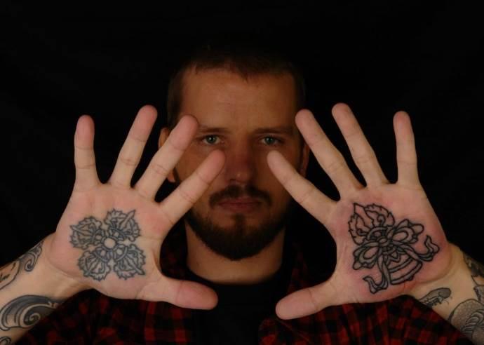 мужчина с татуировками на руках